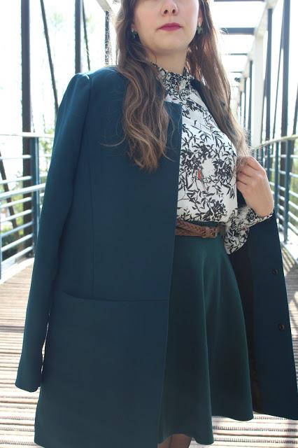 une tenue avec un manteau bleu canard