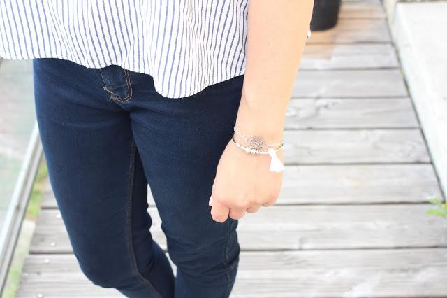 bracelet argenté avec pompom blanc