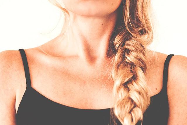 Les 12 meilleures solutions naturelles pour en finir avec les cheveux gras !