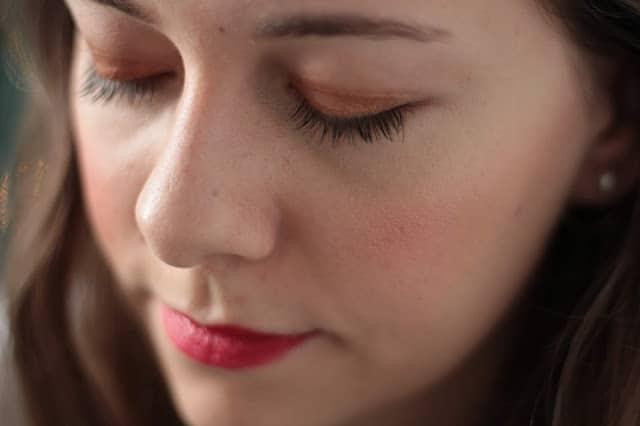 un maquillage bio doré et rouge pour Noël