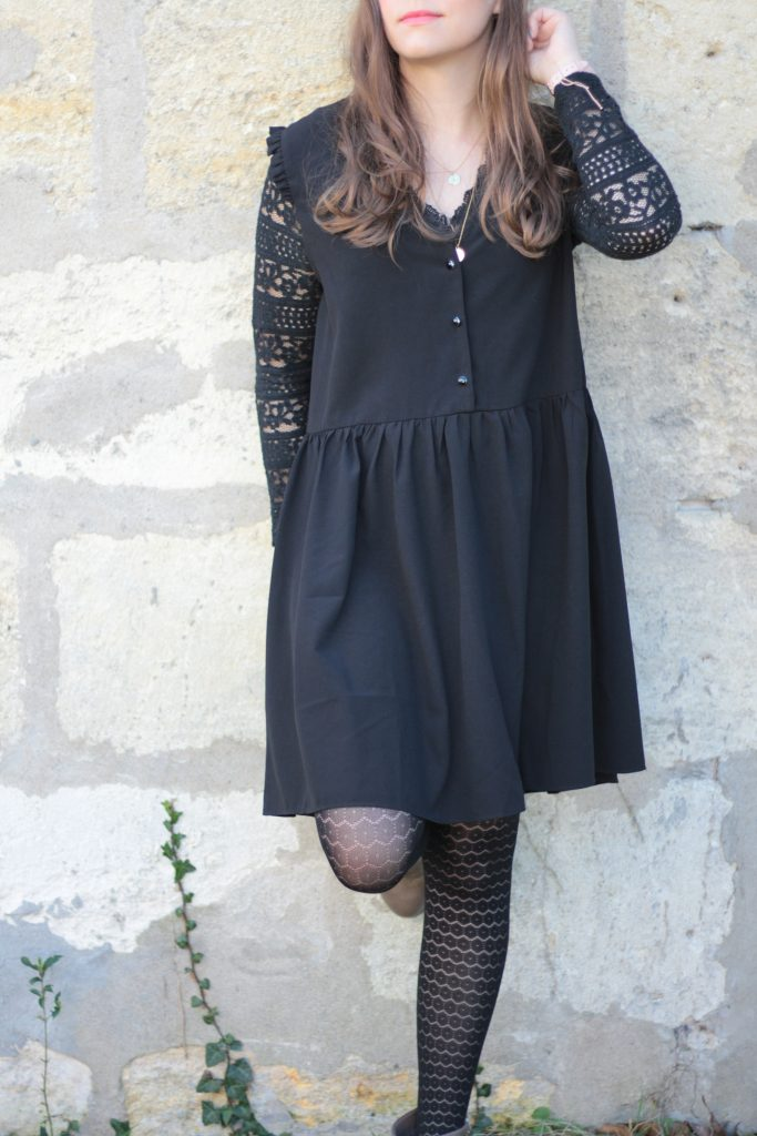 woman-black-dress-aunatur-elle