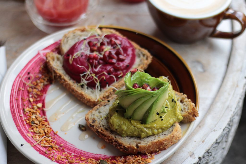 Brunch Contrast, tartines d'avocat et de betteraves - Aunatur-elle, blogueuse bordelaise