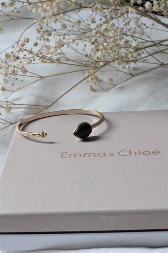 Bracelet jonc doré avec une pierre noire. Box Emma et Chloé. Aunatur-elle #bijoux